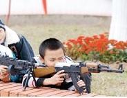 trẻ dành tiền mừng tuổi mua đồ chơi súng, dao găm đánh trận giả
